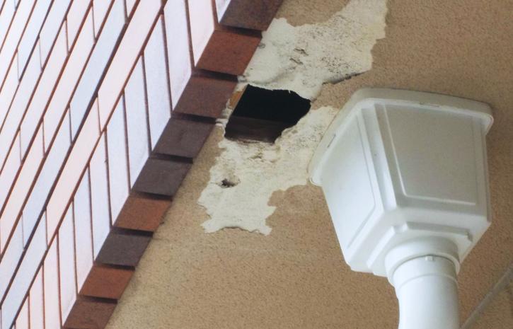 初期の施工不手際によりタイルから伝う雨により軒天の腐食を発見。結局メーカー側の施工ミスとなり改修工事となる。